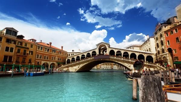 Фотообои с видом на мост Риальто в Венеции