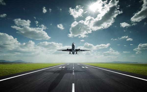 Фотообои с взлетающим самолётом, визуально увеличивают комнату