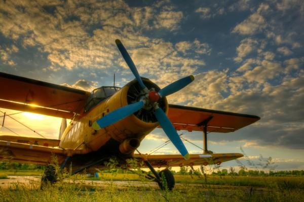 Фотообои старый самолёт в поле на фоне заката