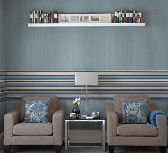 Горизонтальные полосы из обоев в гостиной