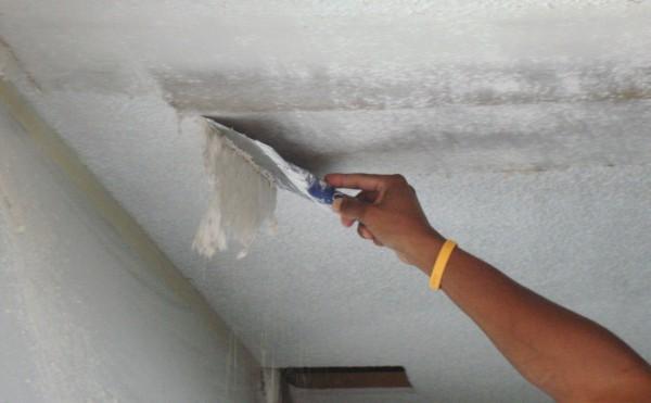 Как удалить с потолка краску