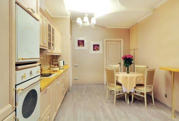 Кухня в нежных кремовых тонах с жёлтыми и белыми вставками