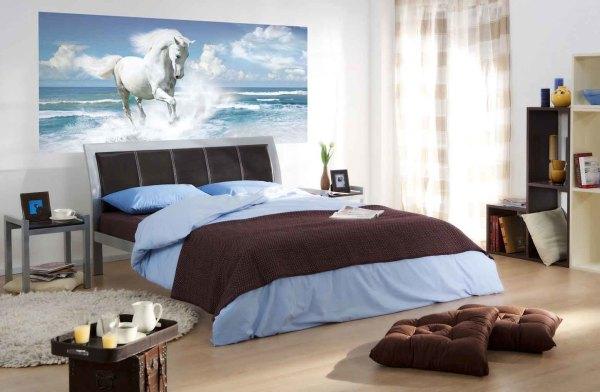 Лошадь на фоне моря в интерьере спальни