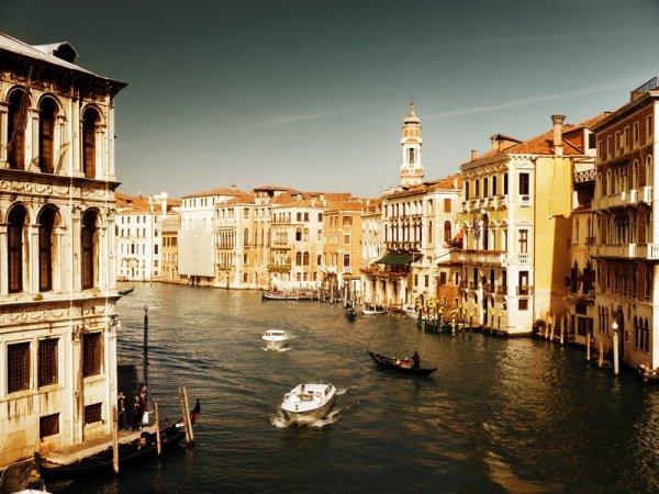 На фото, фотообои с видом на венецианский канал и старые дома