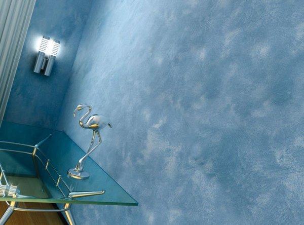 На фото, разновидность декоративной краски, синего цвета с разводами