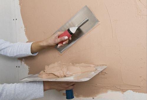 Нанесение клеевой шпаклевки на стену