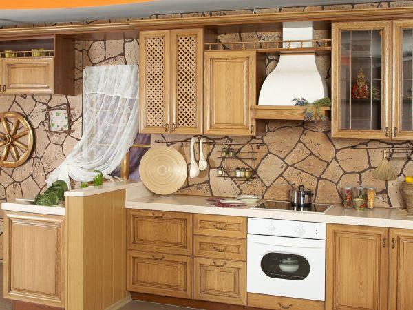 Текстурные обои, имитирующие каменную кладку, в интерьере кухни