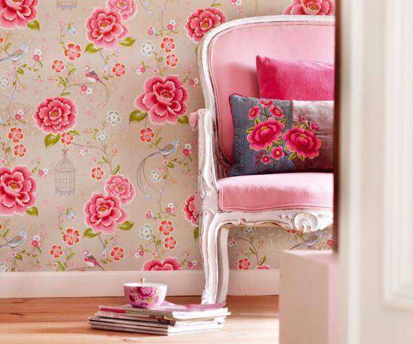 Тканевые обои, с цветочным рисунком в мягких тонах – отличный выбор для комнаты девочки