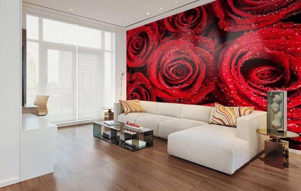 Яркие красные розы на фотообоях, в интерьере белой гостиной