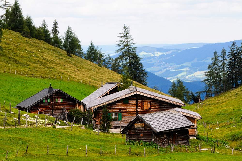 Фотообои с изображением старых деревенских домиков в горах