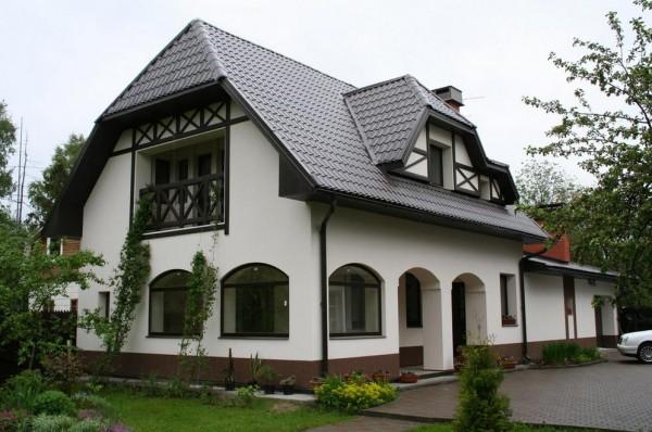 Фото дома, отделанного цементной фасадной штукатуркой