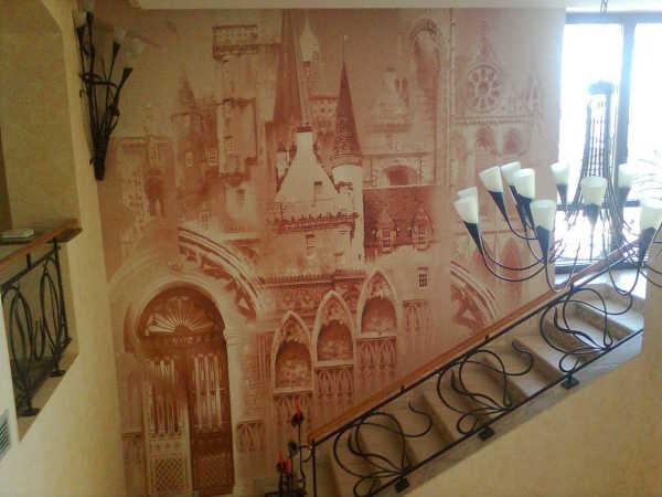 Фотообои фреска, украшающие пустую стену на лестнице между этажами