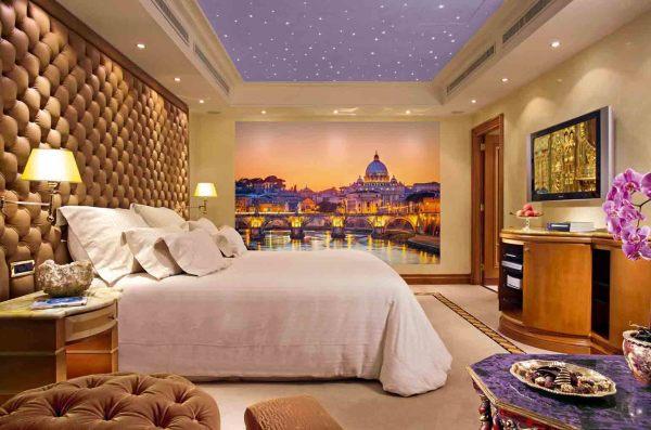 Фотообои с изображением старого города в одном из классических интерьеров спальни