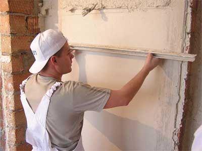 Использование правила при оштукатуривании стены