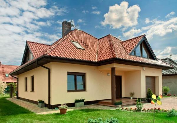 Каким цветом покрасить дом, если крыша бордовая