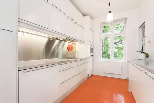 Оранжевый пол в кухне