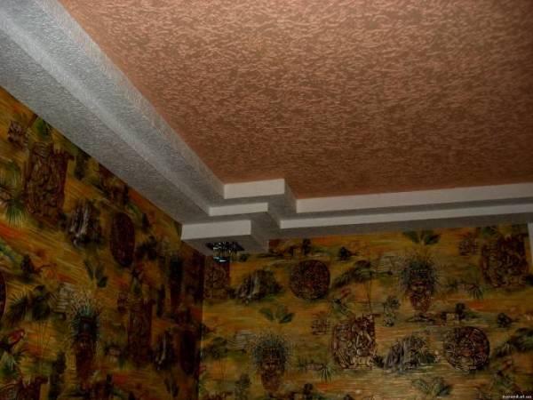 Отделка «Короедом» поверхности потолка