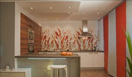 Вертикальные полоски на стенах в кухне