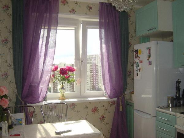 Зеленые обои и сиреневые шторы