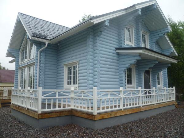 Деревянный дом с малярной отделкой фасада