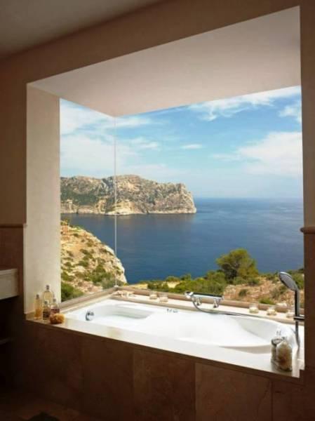 Фотообои с изображением панорамного вида на море в интерьере ванной комнаты