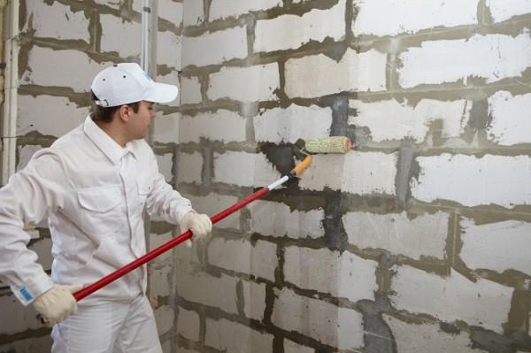 Грунтовка кирпичной стены