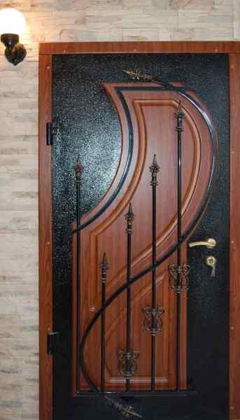 Комбинирование металла и дерева на входной двери