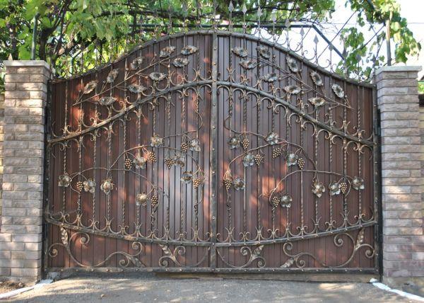 Кованые ворота, покрытые кузнечной краской, даже через 10 лет не теряют презентабельный внешний вид
