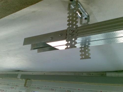 Крепление подвесов для профилей потолка