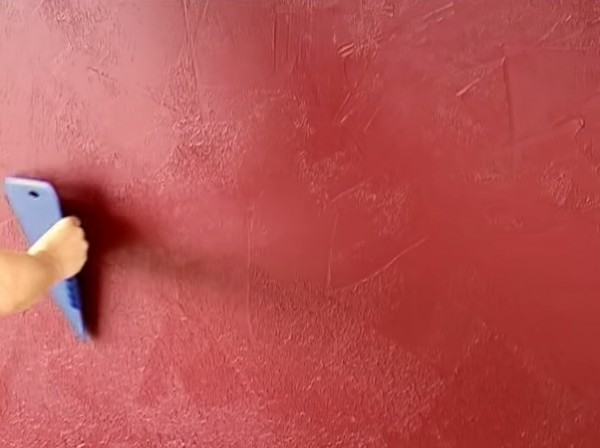 На этом фото – стена, «покрашенная» пластиковым обойным шпателем