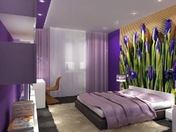 На фото, потрясающие ирисы на фотообоях замечательно подчёркивают сиреневый интерьер спальни