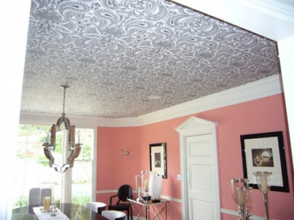 На фото представлены способы отделки потолка и стен.