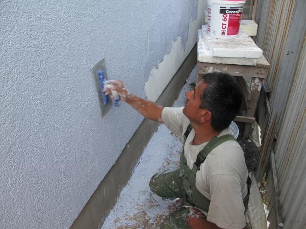 Нанесение на стену камешковой штукатурки