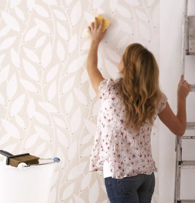 Перед тем, как покрасить стеклообои, надо помнить, что с этой процедурой справится даже начинающий мастер без особых знаний.