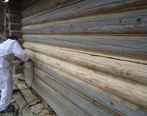 Зачистка бревенчатых стен шлифмашинкой