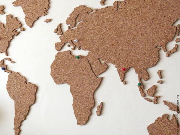 Декоративное панно из пробки, стилизованное под карту мира. Интересное решение для любого интерьера