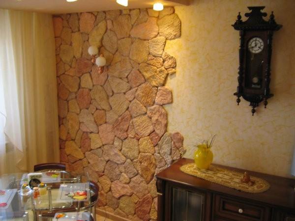 Дизайн стены в маленькой кухне с помощью обоев и декоративного камня