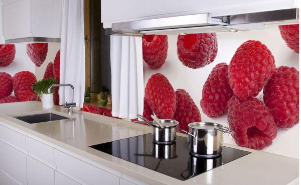 Фотообои с изображением аппетитной малины на кухонном фартуке