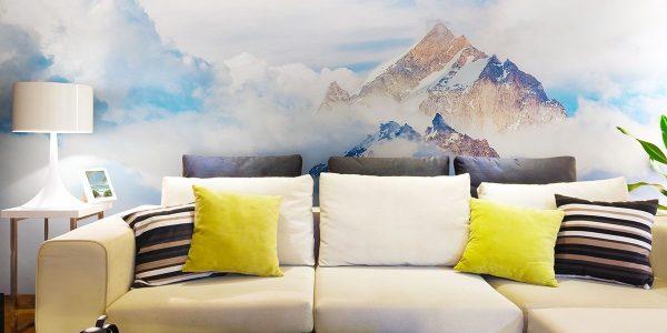 Фотообои с изображением горных вершин выглядывающих из густых облаков, может визуально увеличить пространство помещения, в котором находятся