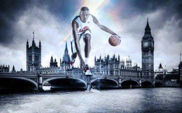 Фотообои с изображением известного баскетболиста на фоне Лондона в чёрно-белой гамме