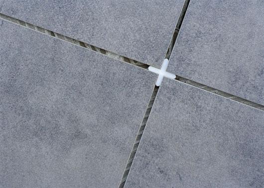 Использование крестиков при укладке плиток