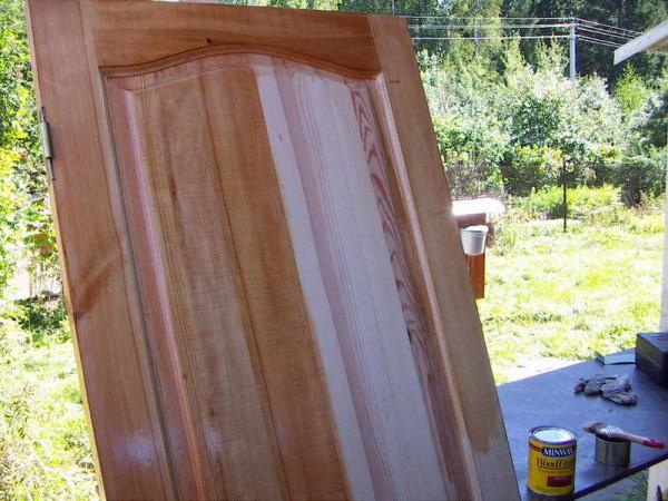 Как покрасить дверь из сосны