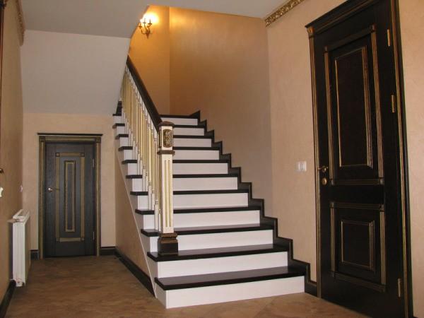 Как правильно покрасить деревянную лестницу