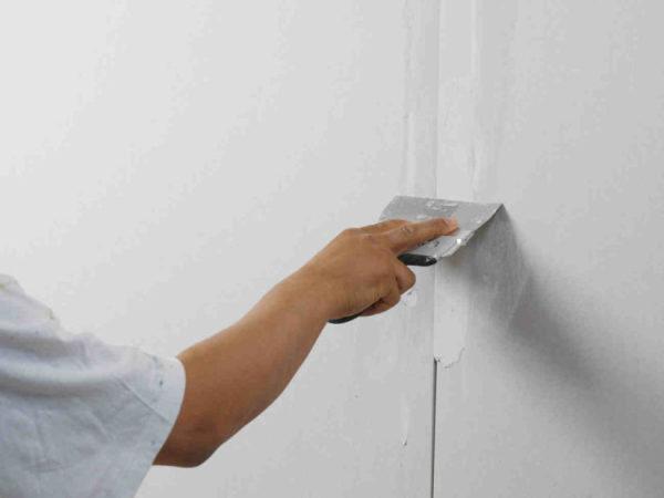 Как только с инструментом и видом шпатлевки определились, начинается собственно чистовая подготовка стен под обои после штукатурки.