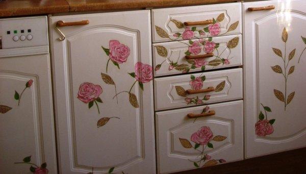 Кухонную мебель и технику также можно декорировать, продолжая декор стены