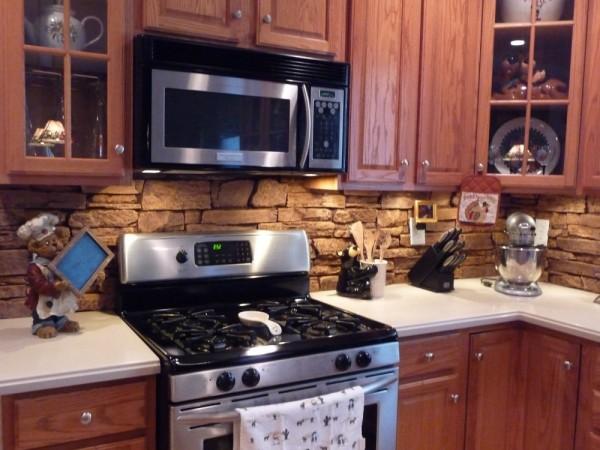 Кухонный фартук из декоративной каменной кладки