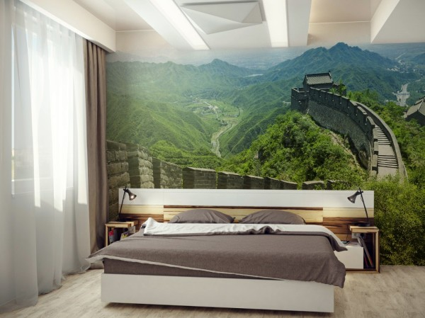 На фото, пример как фотообои с красивым и зелёным горным пейзажем смотрятся в спальне, расслабляя и успокаивая её обитателей перед сном и заряжая энергией по утрам