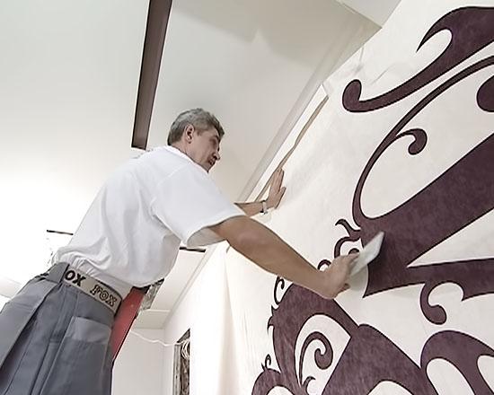 Наклеивание ткани на стене