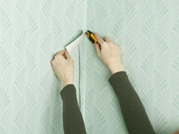 Намного сложнее клеить виниловые обои в углах комнаты.