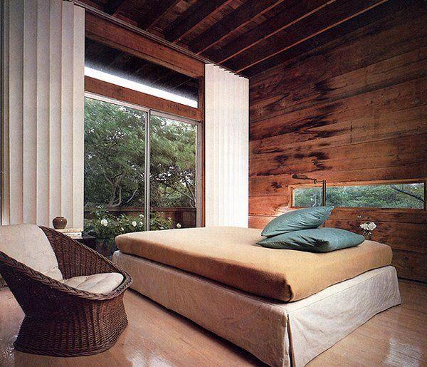 Обшивка спальни досками из массива
